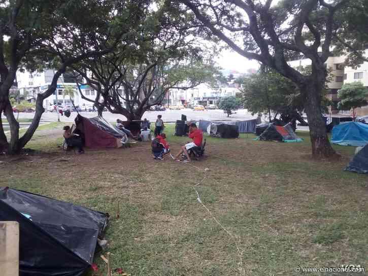 Migrantes venezolanos en Cali duermen en un parque