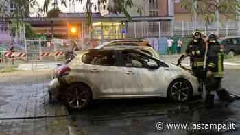 Rivoli, a fuoco tre auto in un parcheggio - La Stampa