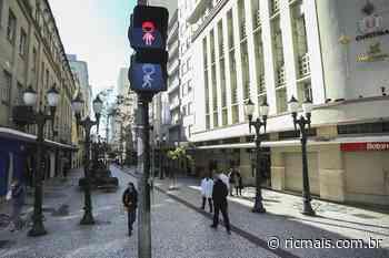 Semáforos de pedestres ganham máscaras para conscientizar curitibanos - RIC Mais Paraná