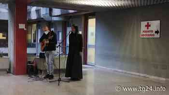"""Sora – Una """"serenata"""" per dire grazie al personale del SS Trinità: il grande cuore di Valeria Altobelli (video) - TG24.info"""