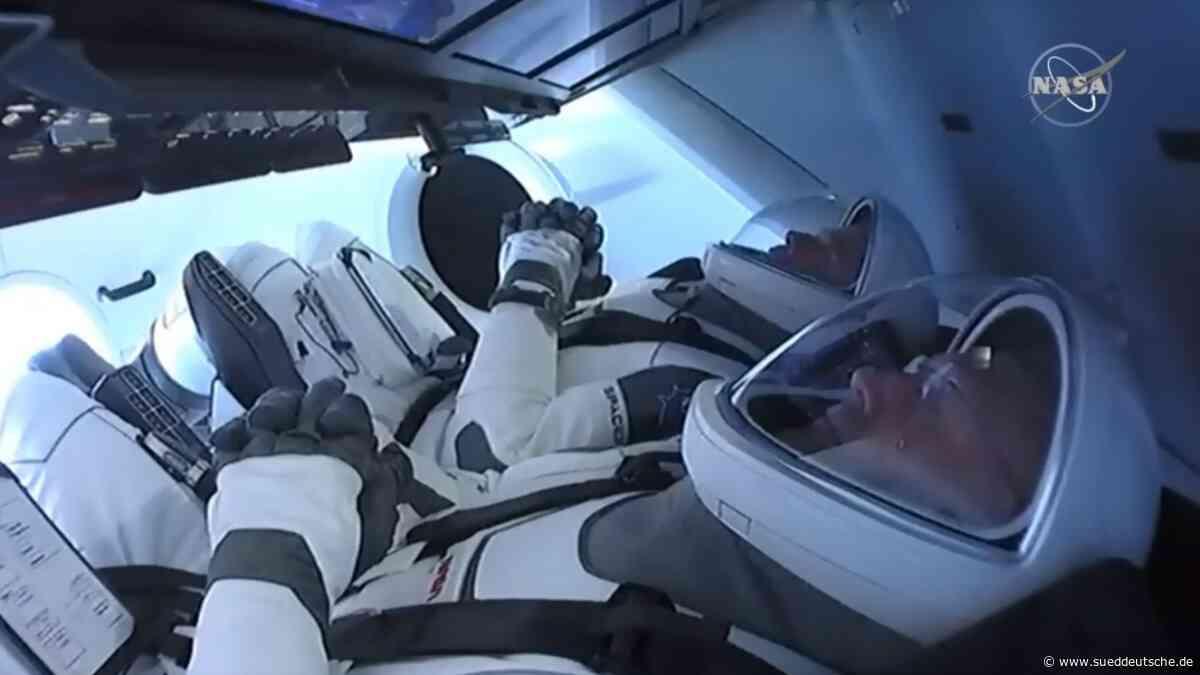 Raumfahrt - Crew Dragon dockt an Raumstation an - Süddeutsche Zeitung
