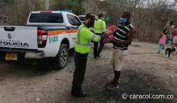 Policías en Bolívar entregan ayudas humanitarias con recursos propios - Caracol Radio