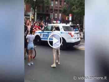 Proteste a New York: auto della polizia contro i manifestanti che lanciano bottiglie e altri oggetti - Living