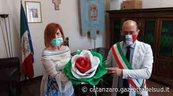 Una rosa tricolore per Mileto, l'omaggio dell'artista Teresa Sorrentino al Municipio - Gazzetta del Sud