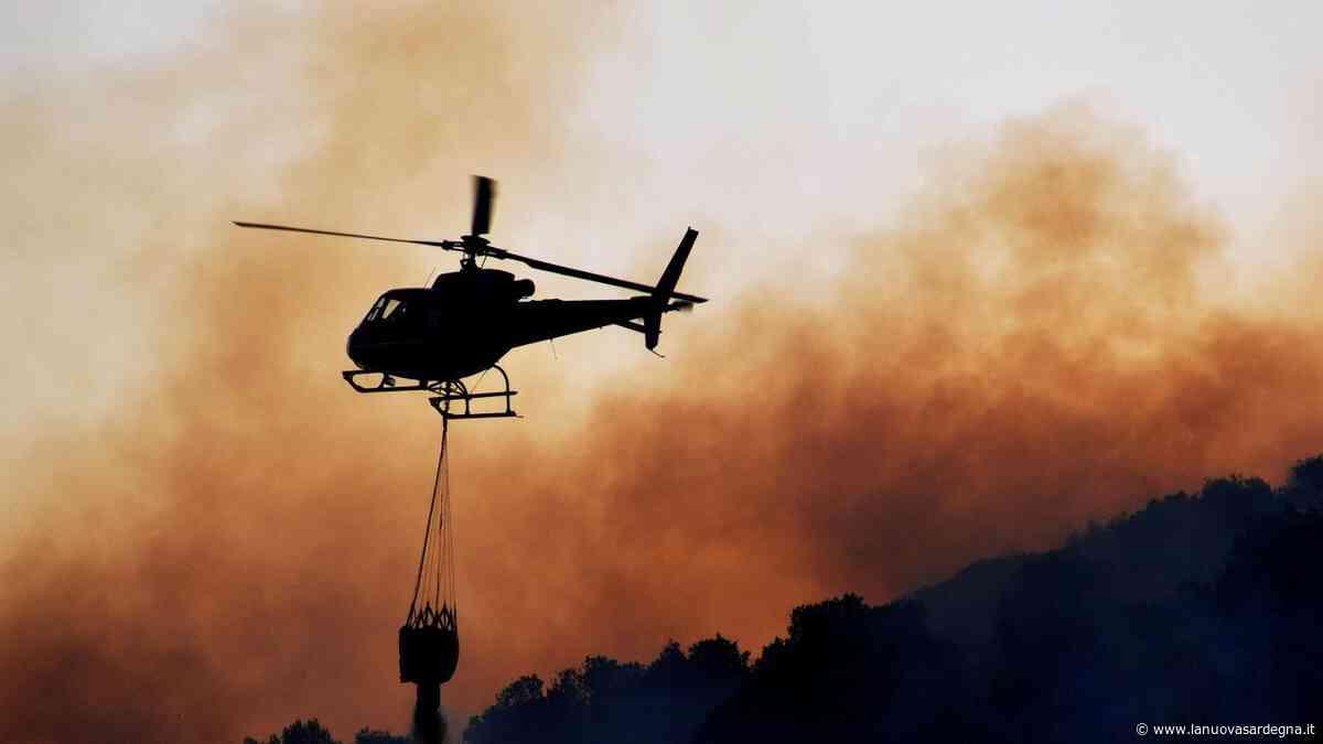 Incendi, elicotteri in azione a Villasor e a Santa Giusta - La Nuova Sardegna