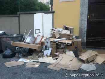 Napoli, via Bausan ridotta a discarica di cartoni - La Repubblica
