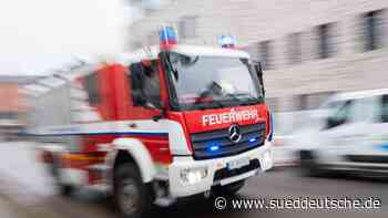 Brand einer Lagerhalle: Feuerwehr rettet Siebenjährigen - Süddeutsche Zeitung