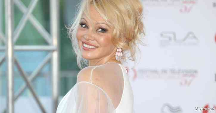 Der rote Baywatch-Badeanzug passt Pamela Anderson immer noch - KURIER