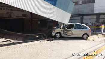 Cobertura de garagem cai em cima de carro após acidente em Itapema - ND - Notícias
