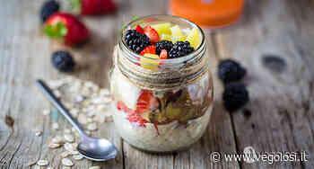 Overnight porridge vegan con frutta fresca e crema di nocciole (in barattolo!) - Vegolosi.it
