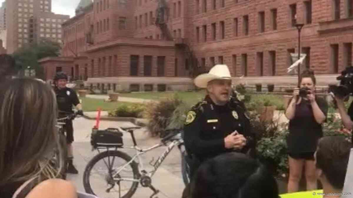 El sheriff Javier Salazar se unió a una manifestación en protesta por la muerte de George Floyd - Univision