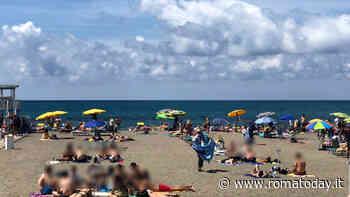Roma si prende il suo mare: Ostia affollata per il 2 giugno, ma le spiagge libere sono ancora un cantiere