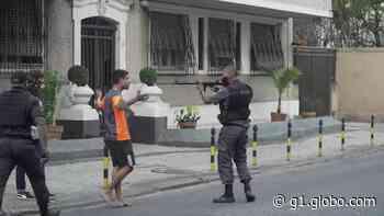 Policial aponta fuzil para manifestante no Rio de Janeiro - G1