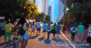 Grupo de manifestantes se reúne em frente à Granja Santana em João Pessoa - Portal T5