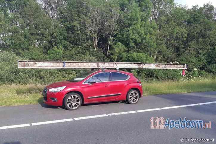 Auto met balk van 8,5 meter over de snelweg bij Epe
