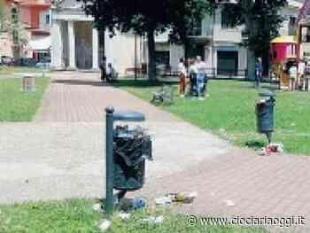 Mala movida, bottiglie e rifiuti abbandonati ovunque: residenti indignati - ciociariaoggi.it