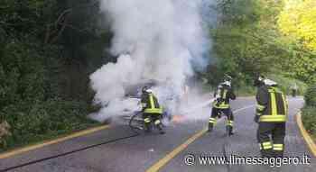 Velletri, macchina prende fuoco con mamma e due bambini a bordo: panico sulla via dei Laghi (Foto Luciano Sciurba) - Il Messaggero