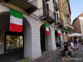 2 Giugno a Vercelli: piazza Cavour imbandierata e Sant'Andrea acceso di Tricolore - tgvercelli.it