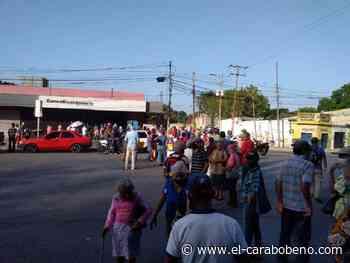 Pensionados indignados porque el Banco Bicentenario no abrió sus puertas - El Carabobeño