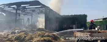 Brucia un fienile a Bolgare - Foto Struttura distrutta, nessun ferito - EcoDiBergamo.it - Cronaca, Bolgare - L'Eco di Bergamo