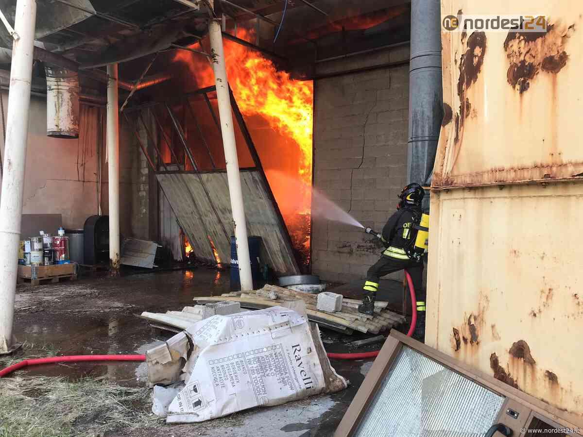 Incendio a San Giovanni al Natisone: brucia un capannone - FOTO - Nordest24.it