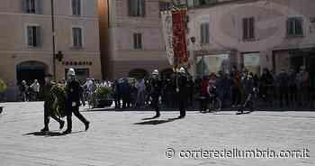 Umbria, il 2 giugno festeggiato in piazza a Foligno. Consegnata la bandiera italiana a due 18enni - LE FOTO - Corriere dell'Umbria