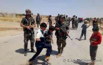 Siria, bambini lanciano pietre a convoglio americano - Video - Sputnik Italia