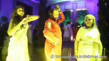 Jaya Bachchan and Shweta Bachchan Nanda dancing to 'Pallo Latke' in this throwback video is absolutely mind blowing