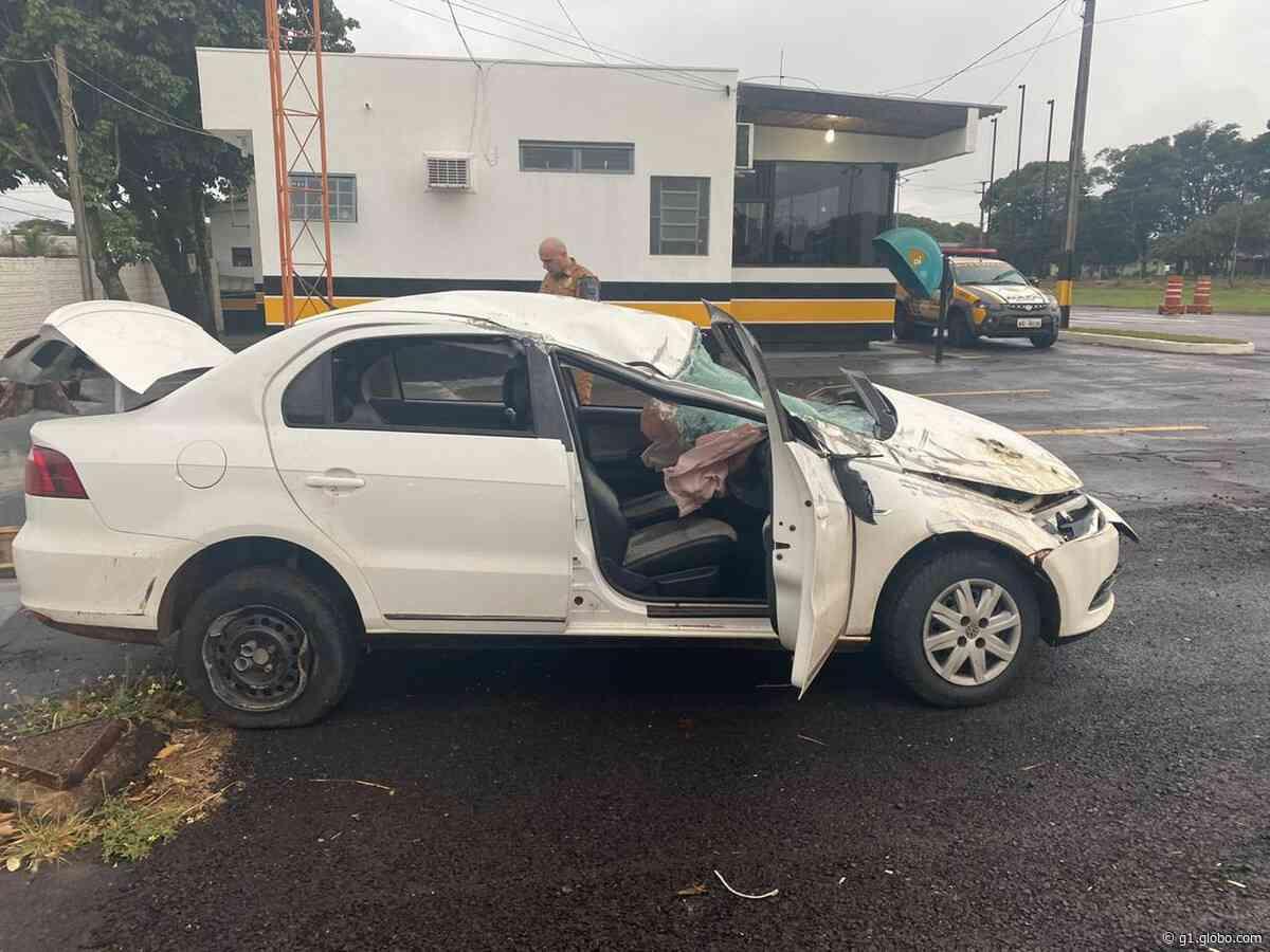 Motorista capota e abandona carro carregado com 287 quilos de maconha na PR-323, diz polícia - G1
