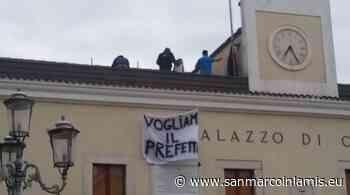 """San Giovanni Rotondo, ex lavoratori della """"SACAR"""" salgono sul tetto del Comune - San Marco in Lamis"""