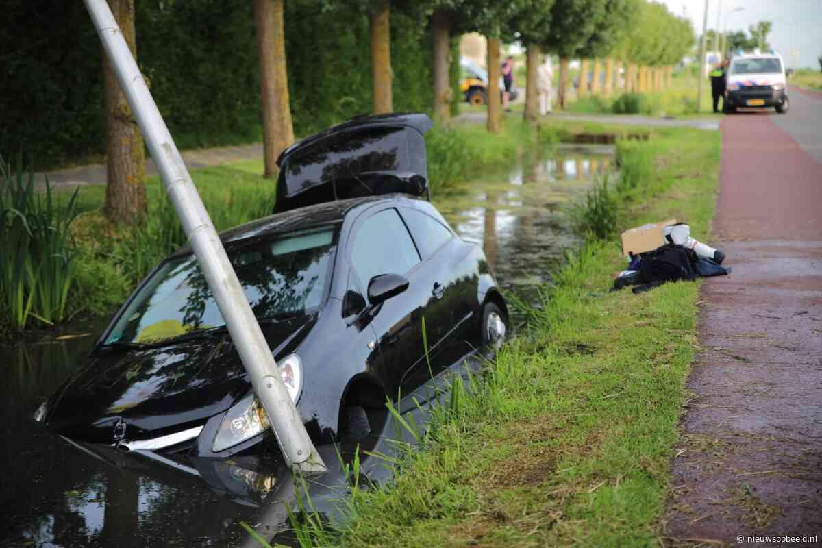 Automobilist botst op lantaarnpaal en eindigt in sloot in Haastrecht - Nieuws op Beeld