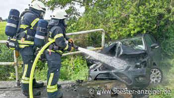 Auto kracht gegen Brücken-Geländer und fängt Feuer - drei junge Verletzte - soester-anzeiger.de