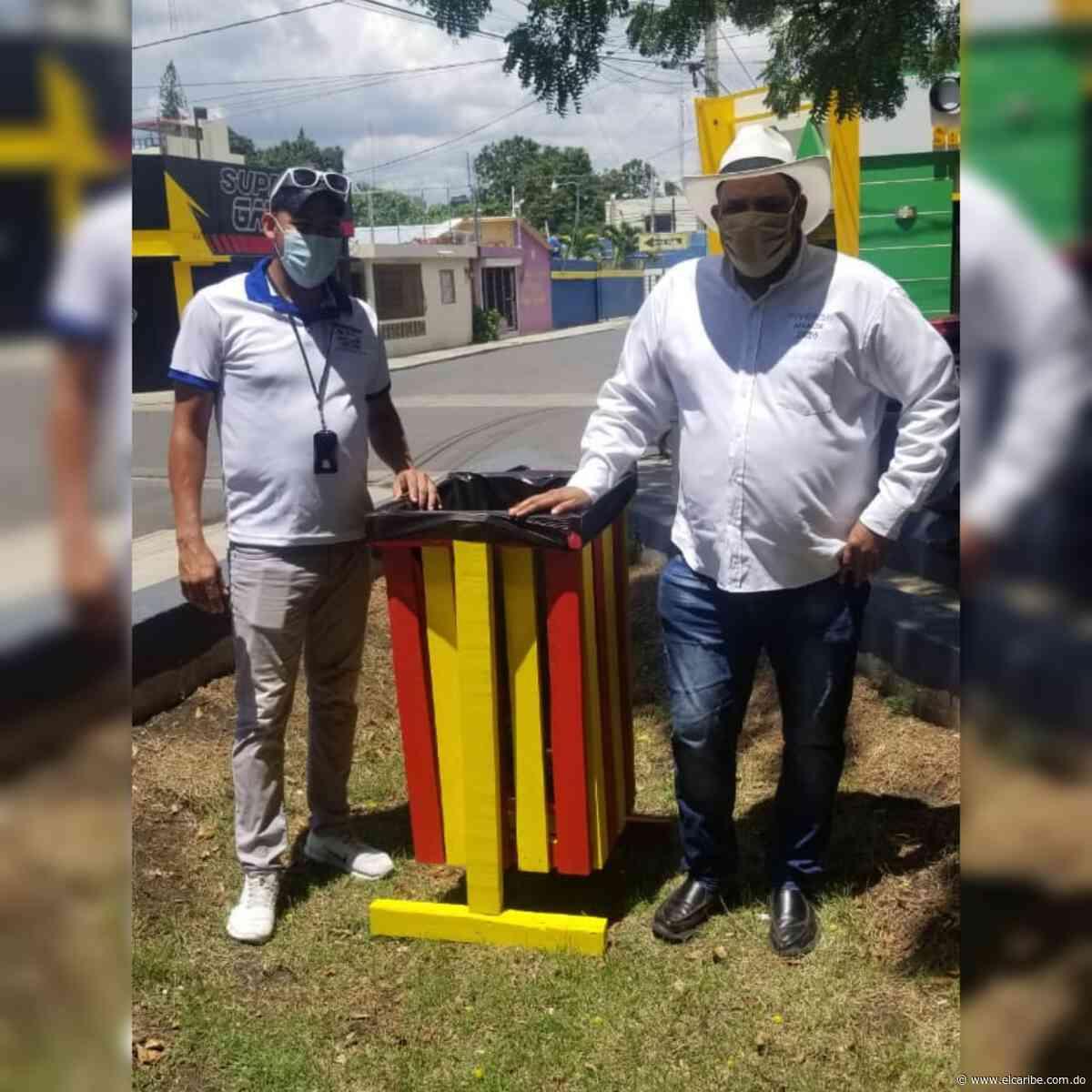 Alcalde Santiago Riverón instala zafacones ecológicos en Dajabón - El Caribe