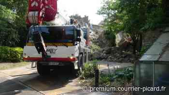 Une grue de 41 tonnes mobilisée au jardin public d'Albert pour enquêter sur l'effondrement d'un mur - Courrier picard
