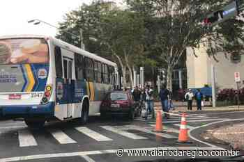 Carro e ônibus batem no Centro de Catanduva - Diário da Região