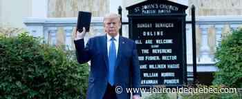 Trump brandissant une bible: un «acte honteux» pour le président iranien