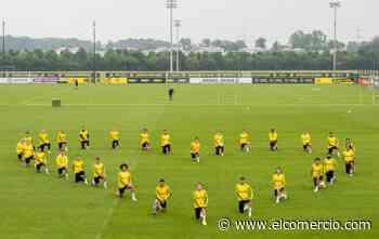 La plantilla del Dortmund se arrodilla en homenaje a George Floyd