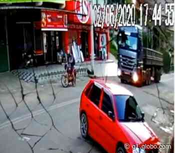Motociclista morre ao ser atropelado por carreta em Domingos Martins, no ES - G1
