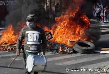 Siguen las protestas en La Pintana: vecinos realizan cacerolazos y barricadas ante falta de insumos básicos - El Mostrador