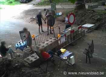 Politiecamera maakt opvallend beeld: picknickers installeren zich aan beide kanten van grensblokkade - Het Nieuwsblad