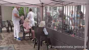 Mestre. Grata e plexiglas, gli anziani dell'Antica scuola dei Battuti rivedono i loro cari - La Nuova Venezia