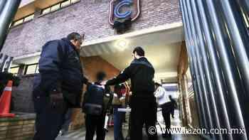Con detectores de metales vuelven a clases en colegio de Torreon - La Razon