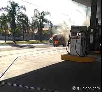 Kombi pega fogo após ser abastecida em posto de combustíveis em Ibitinga; veja o vídeo - G1