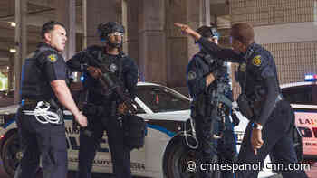 Un agente de Florida empujó al suelo a un manifestante arrodillado. Su colega, una policía negra, intervino - CNN