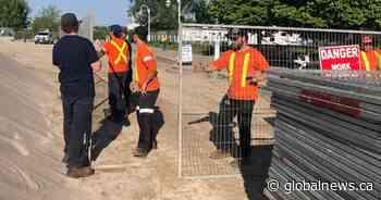 Coronavirus: Town of Cobourg installs metal fencing at closed Victoria Beach - Globalnews.ca