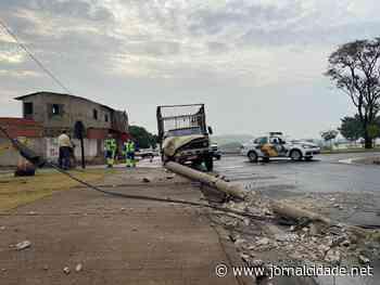 Caminhão colide com poste em Santa Gertrudes - Grupo JC de Comunicação