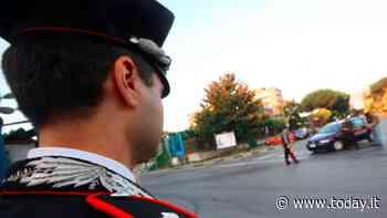 La denunciano per furto e lei cerca di sfondare il cancello della caserma dei carabinieri (in retromarcia) - Today