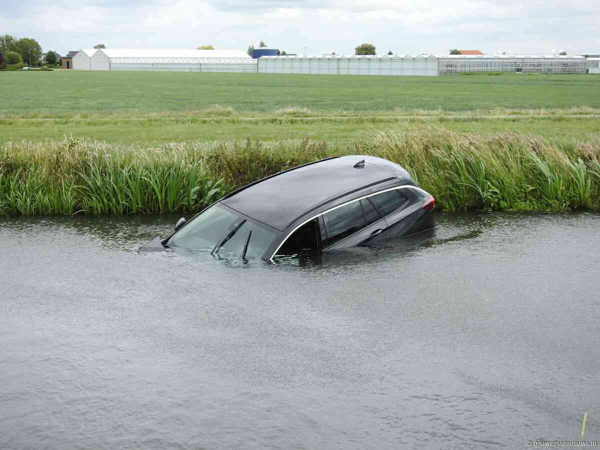 Auto te water langs Noordeinde Moerkapelle - Gouwe IJssel Nieuws