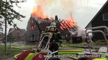 Großbrand im Alten Land nach Blitzeinschlag: Reetdachhaus in Jork brennt nieder - Kreiszeitung Wochenblatt