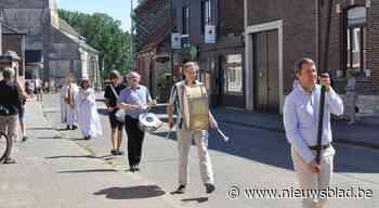Processie in mineur door corona: met zijn zessen in de stoet - Het Nieuwsblad